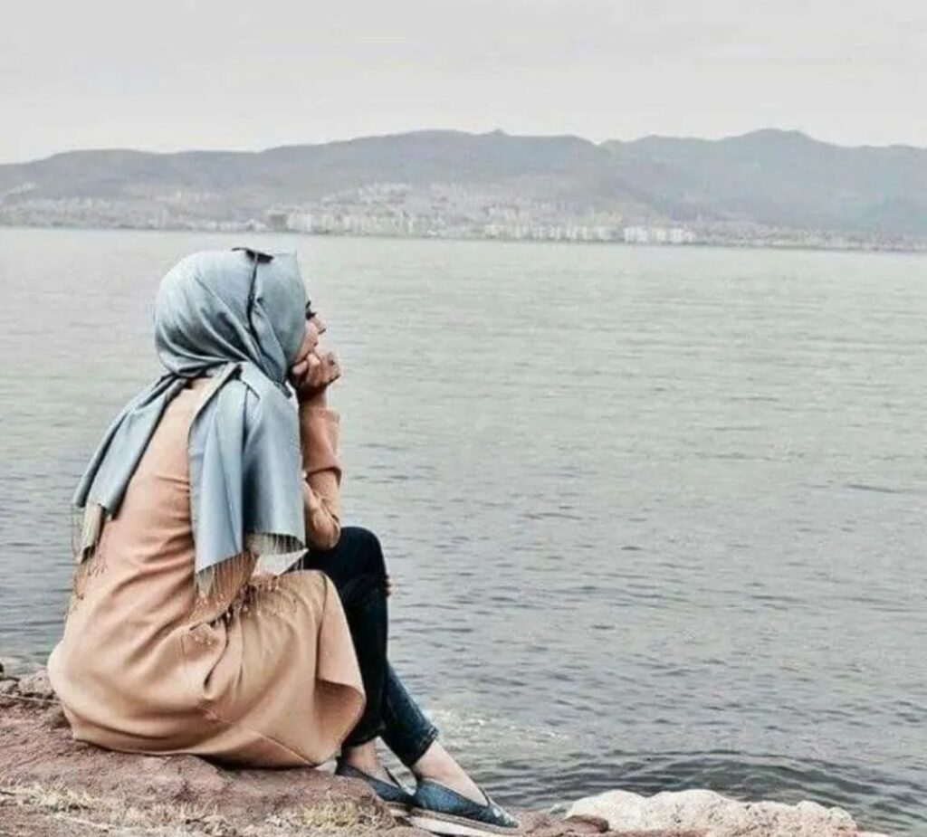 Alone girl sitting river side Pic